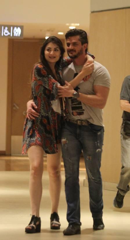 Marcos Harter com a namorada Babi Rocha num shopping do Rio