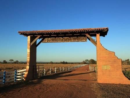 A fazenda de Zezé di Camargo abriga piscina, cabeças de gado e muito luxo