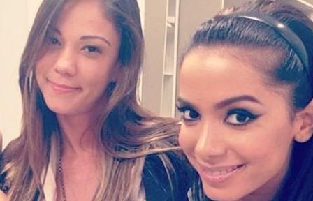 Anitta com a ex-empresária Kamilla Fialho