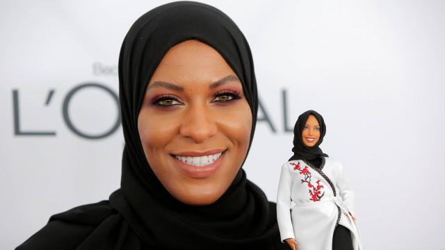 Esgrimista segura Barbie de hijab