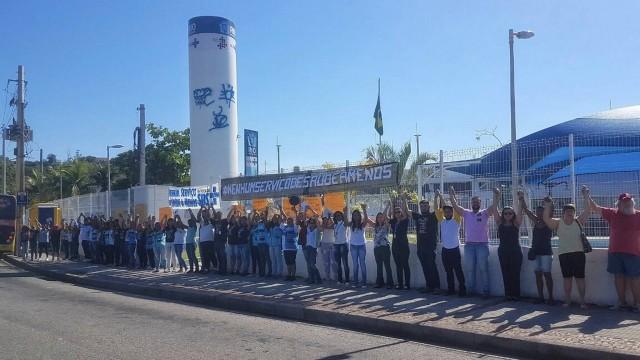 Manifestantes deram um abraço simbólico na CSF Wilma Costa, a primeira unidade básica a ser fechada desde o início da greve, há quatro semanas