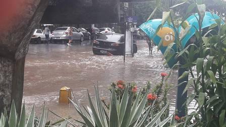 Rua Miguel de Frias repleta de água nesta sexta-feira