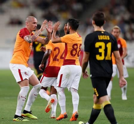 Maicon, à esquerda, é um dos principais jogadores de defesa do clube turco