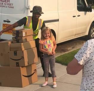 Kaitlin recebe os brinquedos comprados por ela
