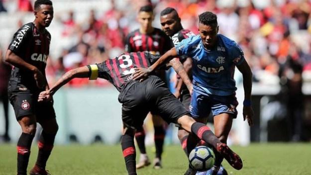 Vitinho disputa bola com Lucho González, em jogo perdido pelo Flamengo.