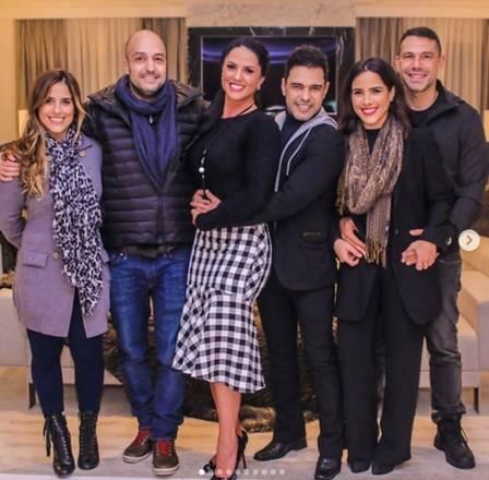 Camilla e Wanessa com os seus respectivos maridos e com o pai e Graciele no aniversário do cantor