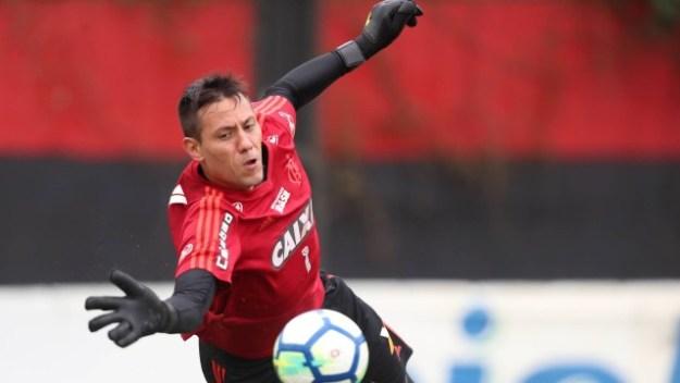 Diego Alves em ação no treino rubro-negro