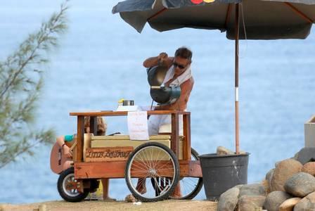 Mario Gomes então com a carrocinha na Praia da Joatinga, em 2017