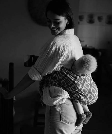 Bruna Marquezine posa com criança em Angola