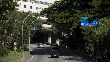Trânsito normal na pista sentido Barra da Tijuca do Túnel Acústico