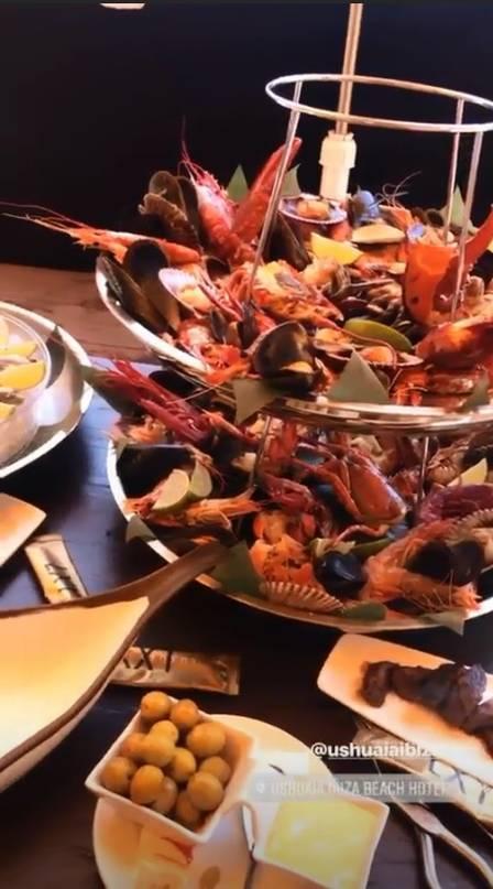 Melão curte jantar com frutos do mar