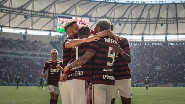Elenco do Flamengo vibra após gol