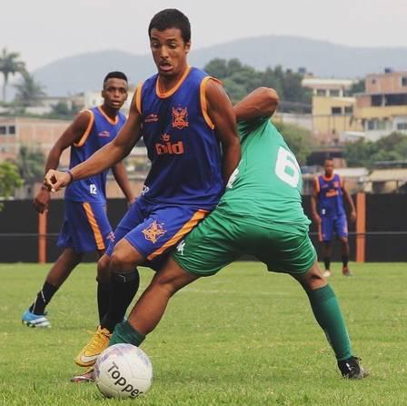 Edmundo Jr. atua como meia no futebol