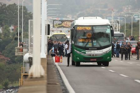 Homem armado faz reféns em ônibus na Ponte Rio-Niterói
