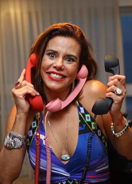 Narcisa Tamborindeguy é fã dos pop phones e carrega sempre os acessórios na bolsa