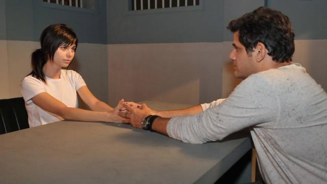 Grande vilã da trama, Rita paga pelos crimes que cometeu na cadeia, onde recebe a visita de Carlos (André Di Mauro)