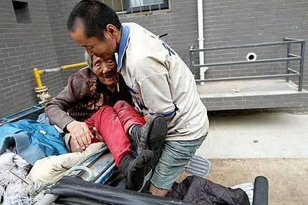 Wang supera as limitações físicas para acomodar a mãe, de 81 anos