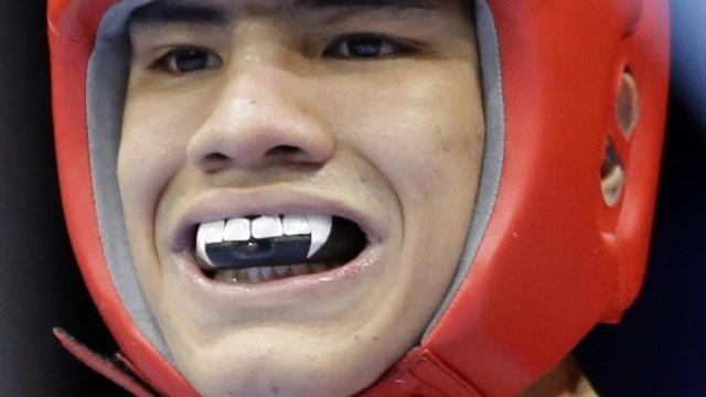 Pugilista Oscar Valdez Fierro, do México, usa protetor bucal estilizadocom dentes de vampiro