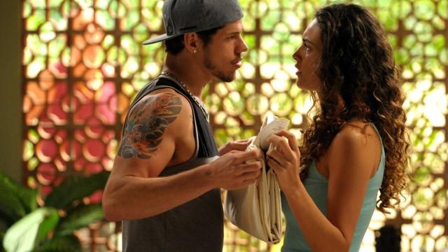 Darkson e Tessália se beijam durante baile charme, em 'Avenida Brasil'