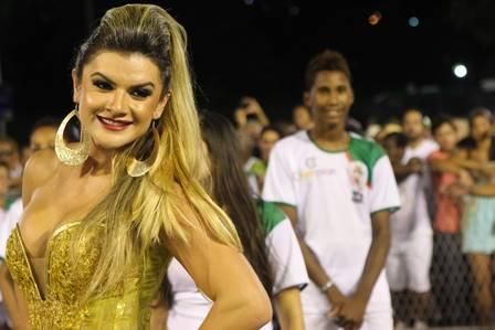 Mirela Santos abusa do dourado e aparece elegante no ensaio técnico da Grande Rio