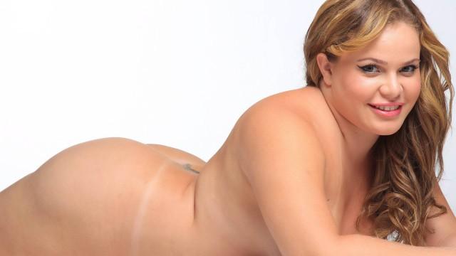 Ex-BBB Paulinha posa nua e garante que o assédio masculino é grande