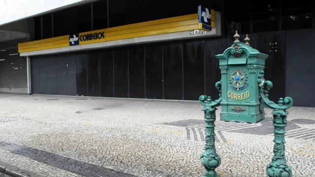 O plano de saúde dos Correios pagou quase R$ 1 milhão no material usado em uma cirurgia de coluna, em março