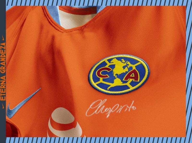 Camisa especial do América do México tem assinatura de Chespirito logo abaixo do escudo do clube.