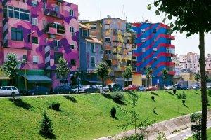 Tiranassa rakennukset eivät ole harmaita.