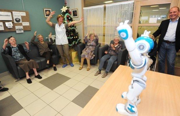 Robotisaatio ei korvaa, vaan täydentää ihmistä hoivatyön tekijänä. Se vapauttaa ihmistyöaikaa toistuvista, rutiininomaisista töistä.