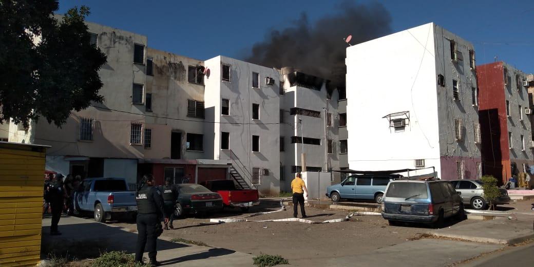 Una persona con quemaduras y cuatro más resultaron intoxicadas, durante un incendio en departamento de Infonavit Humaya