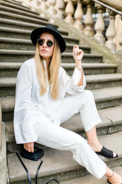 extraschoen_blog_outfit_all_white_stairs_ootd_mini