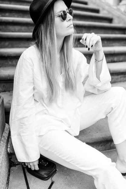 extraschoen_blog_outfit_all_white_stairs_profil_sw_mini