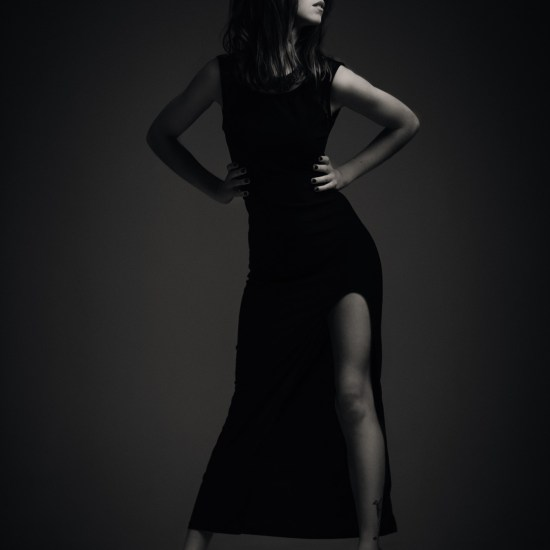 Séance photo de mode en sarthe : Nanou silhouette robe noire