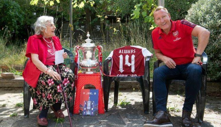 Arsenal: Exjugadores de los Gunners llevaron trofeo de FA CUP a casas de Fans