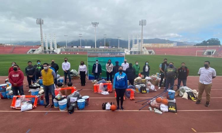 Entregan material deportivos a entrenadores y promotores deportivos de Ciudad Victoria