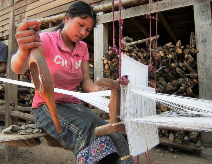 Trabajando en telar, akha, Laos