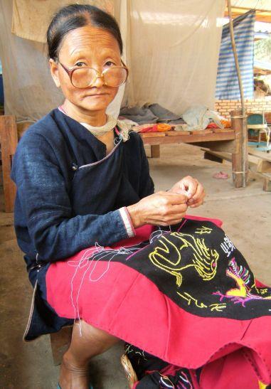 Bordando ropa en Luang Namtha