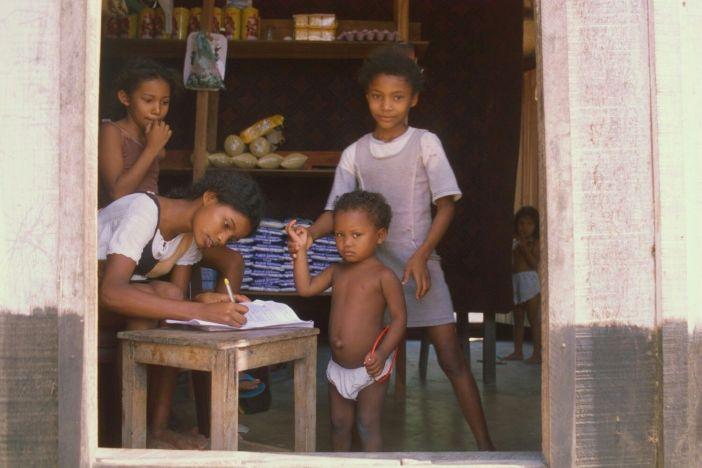 Niños haciendo tareas escolares