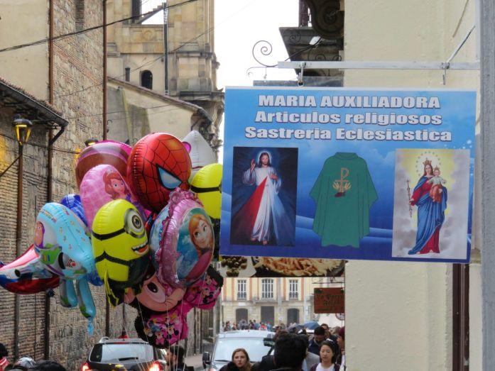 Calle que baja a la catedral de Bogotá