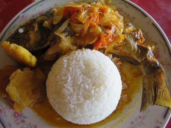 Perela en salsa con arroz y patacón