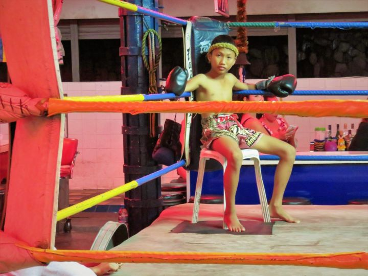 "Ring the Muay Thai en Walking Street. Detrás del niño, ""las niñas"""