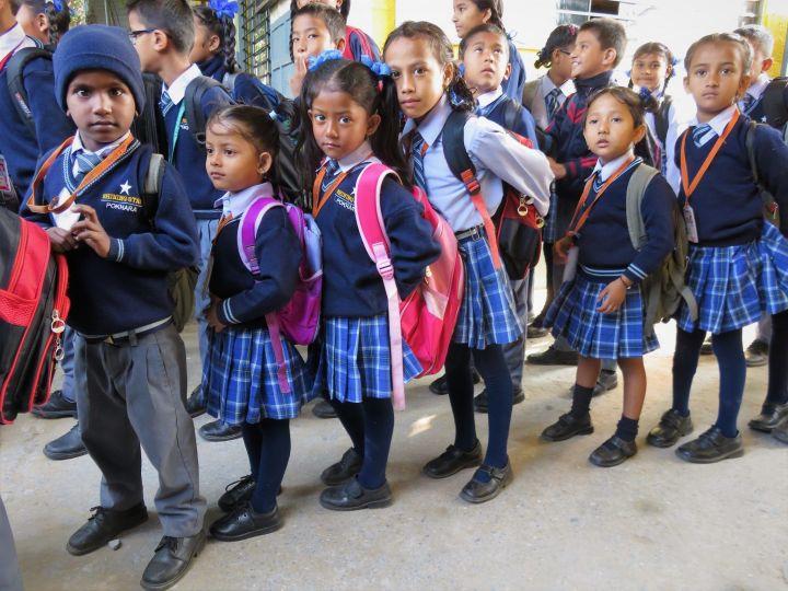 Niños entrando a clase, Pokhara, Nepal