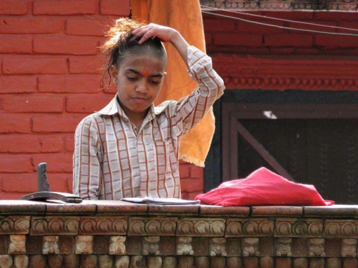 Estudiante en Sanskrit School Kedareshswar Mahadev Mani Temple, Pokhara, Nepal