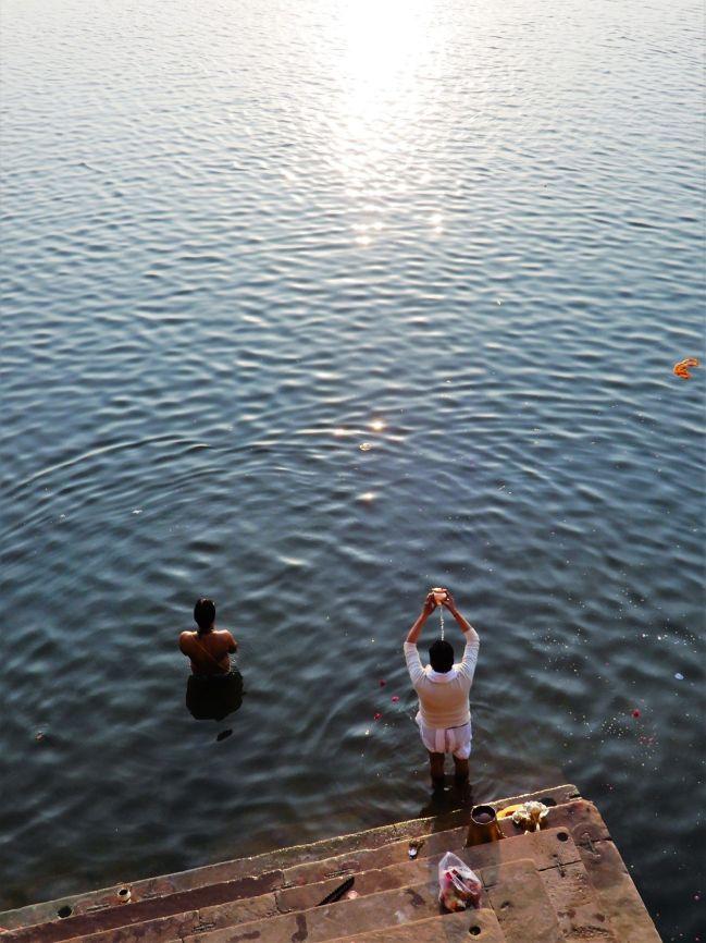 Oferente río Ganges, Benarés, Varanasi, India
