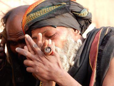 Sadhus fumando en chillum, Benarés, Varanasi, India