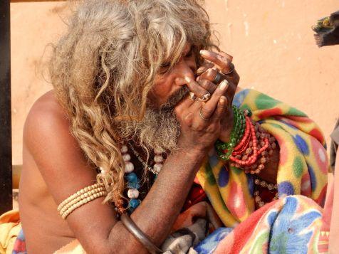 Sadhu fumando por la mañana en chillum, Benarés, Varanasi, India