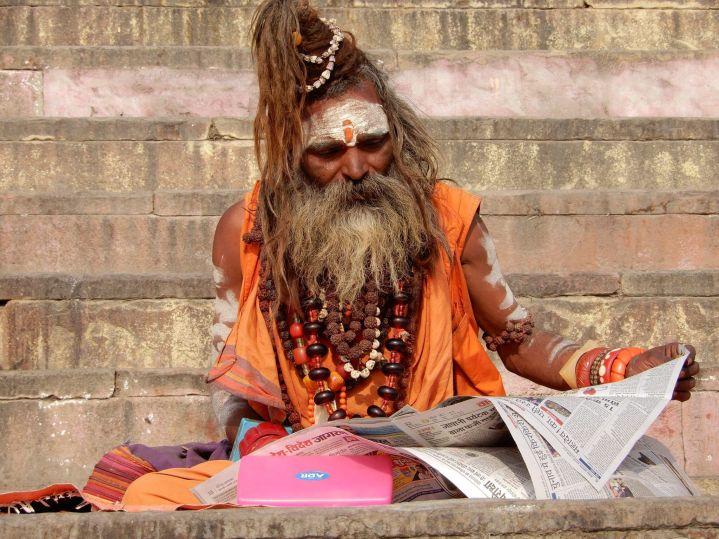 Sadhu leyendo el periódico, Benarés, Varanasi, India