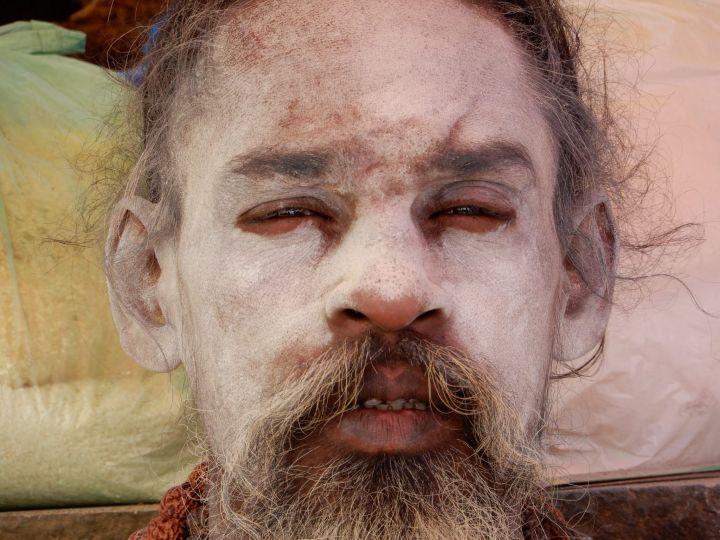 Stoned Sadhu totalmente fumado, Benarés, Varanasi, India