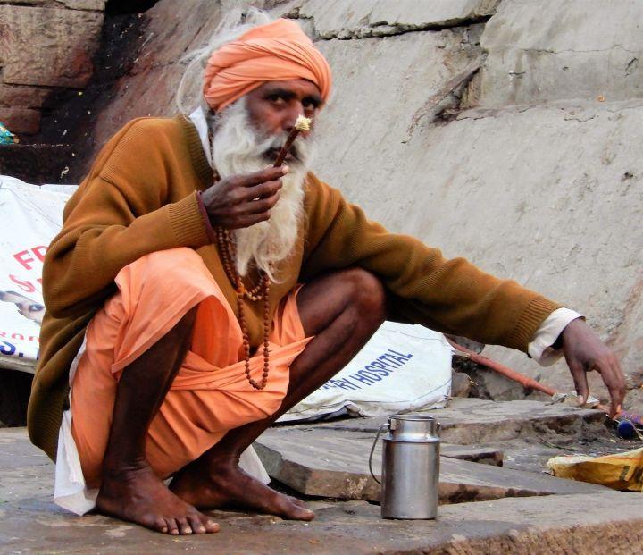 sadhu realizando limpieza corporal, Benarés, Varanasi, India