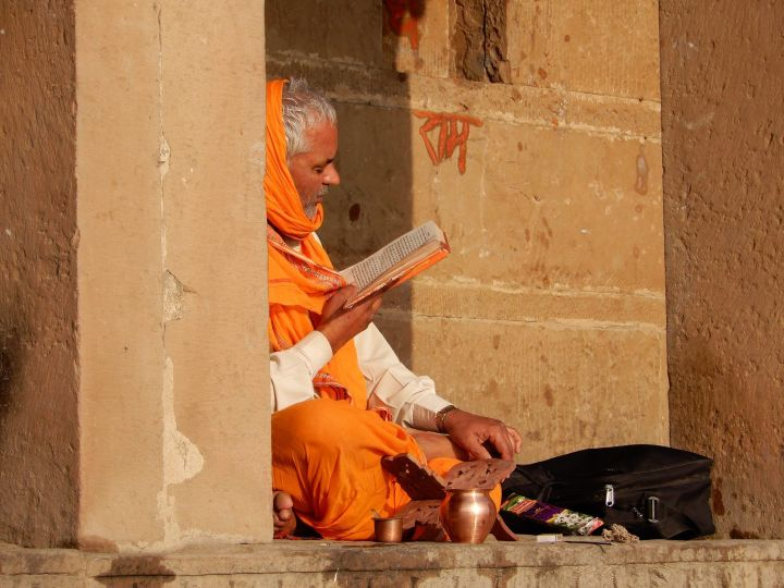 Sadhu leyendo escrituras, Varanasi, Benarés, India